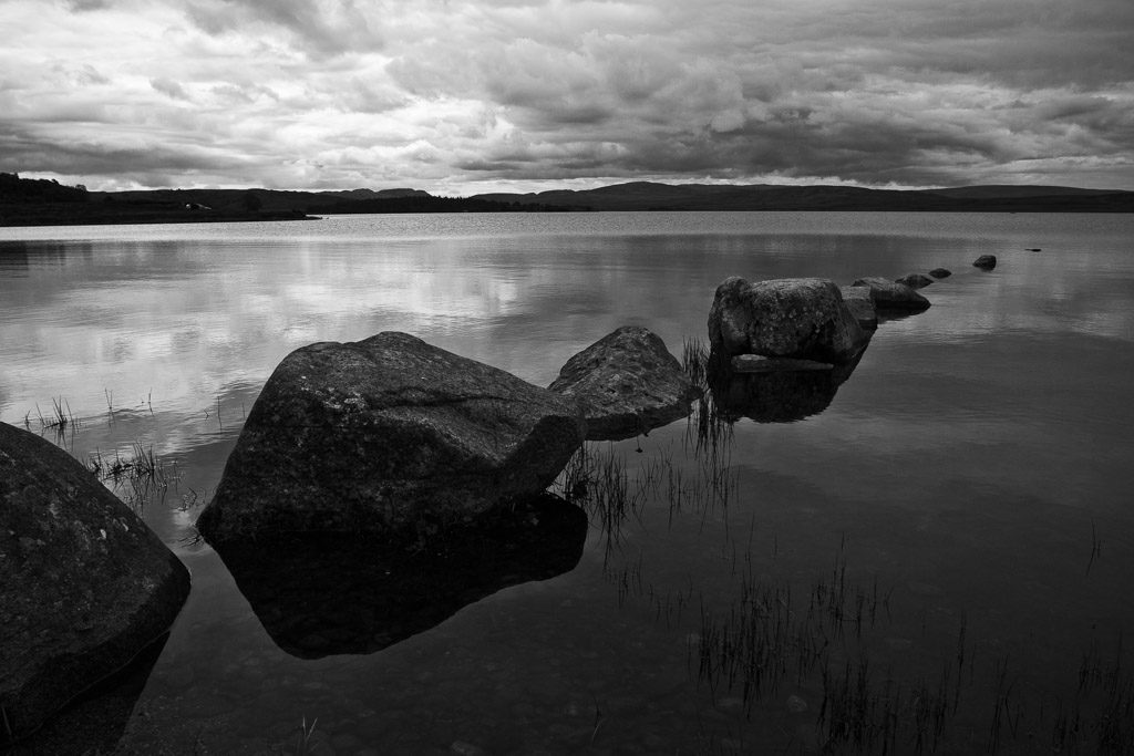 GB, SCO, SCT, UK, b&w, black and white, bw, clouds, favs-mj, fotografie, great britain, highland, hills, himmel, inverness-shire, jahreszeit, jahreszeiten, landscape, landschaft, loch, loch indorb, photography, reflections, reflektionen, reise, schottland, schwarzweiß, scotland, scotland2007, season, seasons, sky, sommer, steine, stones, summer, sw, travel, united kingdom, wasser, water, week1-brodie, wolken, world