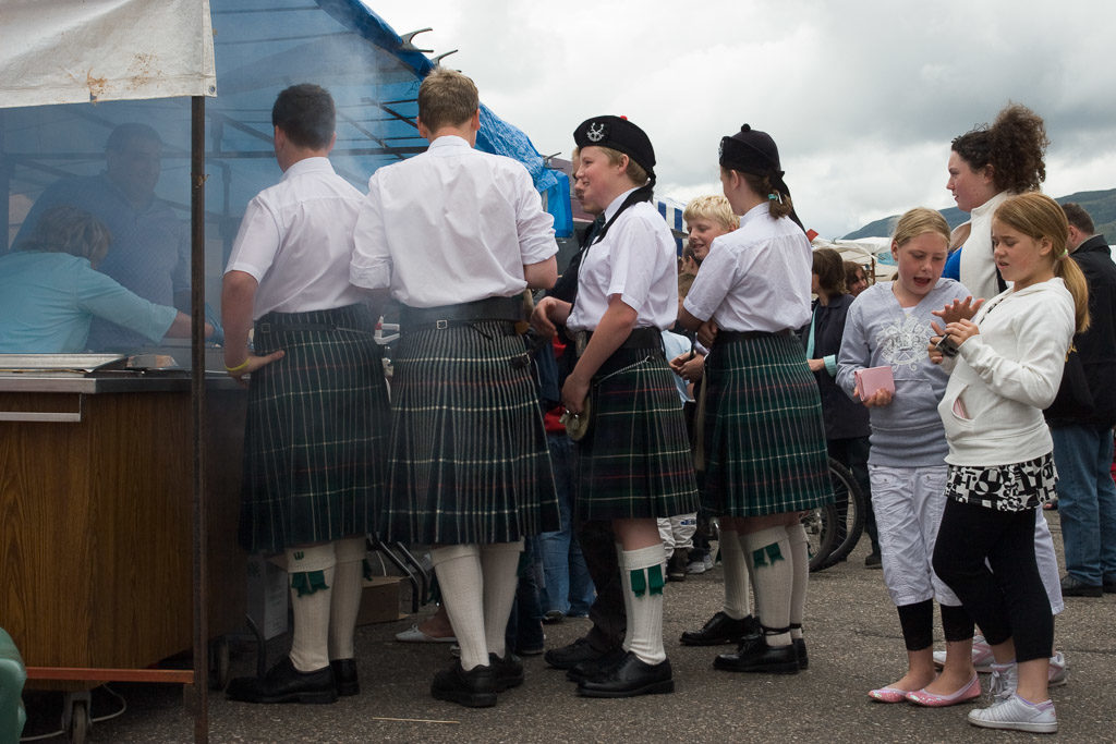 GB, SCO, SCT, UK, bbq, child, children, drink, drinks, essen, favs-mj, folklore, food, food and drink, freizeit, fun fair, getränke, great britain, hafen, harbor, harbour, highland, highland dress, jahreszeit, jahreszeiten, kilt, kind, kinder, leisure, leute, maritime, menschen, nahrungsmittel, people, pier, recreation, reise, ross and cromarty, schottische folklore, schottland, scotland, scotland2007, scottish folklore, season, seasons, sommer, summer, travel, ullapool, ullapool pier, united kingdom, volkstum, week2-stoer, wester ross, world