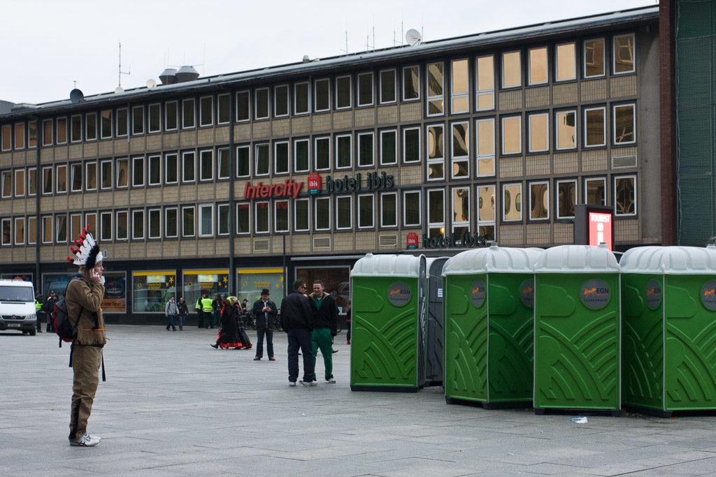 2008, DE, DE-NW, K, NRW, altstadt, altweiber, bahnhof, bahnhofsvorplatz, carnival, central station, cologne, costume, costumes, deutschland, ereignisse, events, fastelovend, fastnacht, germany, hauptbahnhof, innenstadt, inner city, karneval, kostüm, kostüme, köln, kölner plätze, leute, menschen, nordrhein-westfalen, northrhine-westfalia, old town, people, places, railway station, stadtbezirk 1 - innenstadt, toilets, toiletten, weiberfastnacht, wieverfastelovend, world