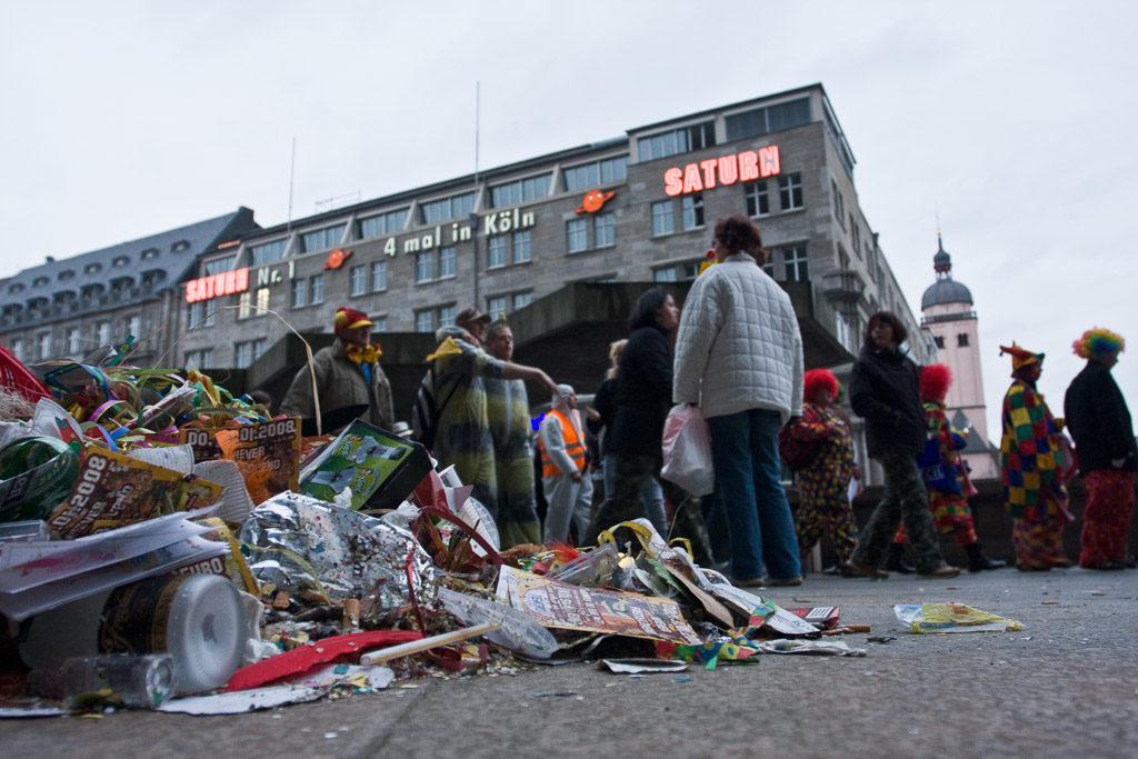 2008, DE, DE-NW, K, NRW, abfall, altstadt, altweiber, carnival, cathedral, cologne, costume, costumes, deutschland, dinge, dom, domplatte, ereignisse, events, fastelovend, fastnacht, garbage, germany, innenstadt, inner city, karneval, kostüm, kostüme, köln, leute, menschen, müll, nordrhein-westfalen, northrhine-westfalia, old town, people, stadtbezirk 1 - innenstadt, things, trash, weiberfastnacht, wieverfastelovend, world