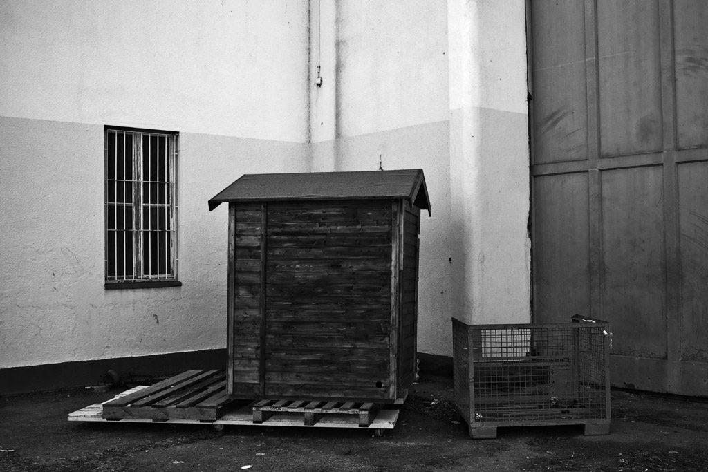 DE, DE-NW, K, NRW, b&w, black and white, buildings, butzweilerhof, bw, cologne, decay, derelict, deutschland, dinge, door, doors, fotografie, gebäude, germany, hut, hütte, köln, mauer, mauern, nordrhein-westfalen, northrhine-westfalia, ossendorf, palettes, photography, schwarzweiß, stadtbezirk 4 - ehrenfeld, städtisch, städtischer verfall, sw, things, tür, türen, urban, urban decay, verfall, verkommen, wall, walls, wand, world, wände