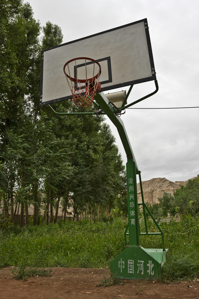 CN, anxi, basketball, basketball hoop, baskettballkorb, baum, bäume, china, china2008, gansu, himmel, pflanzen, plants, reise, sky, sport, sports, travel, tree, trees, world, yulin grotten, yulin grottoes, zhongguo, 中国, 中國, 甘肃