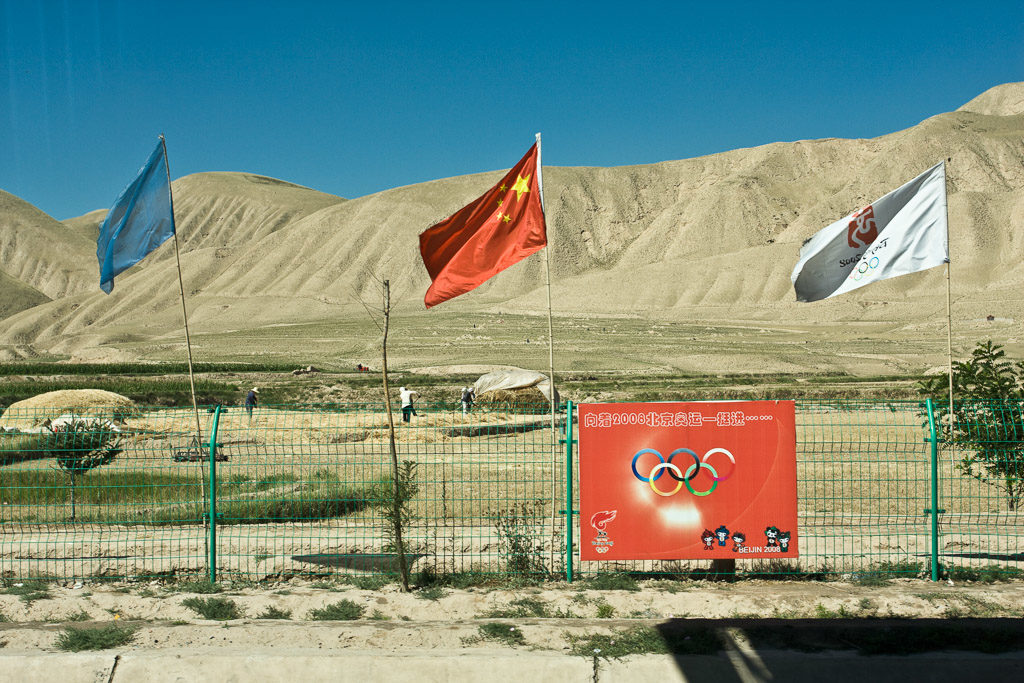 CN, ad, ads, advertisement, advertisements, arbeiter, berge, china, china2008, dinge, ereignisse, events, feld, felder, field, fields, flag, flagge, flaggen, flags, gansu, landscape, landschaft, leute, menschen, mountains, olympic games, olympics, olympische spiele, on the road, people, reise, rural, things, travel, unterwegs, werbung, workers, world, wuwei, zhongguo, 中国, 中國, 武威市, 甘肃