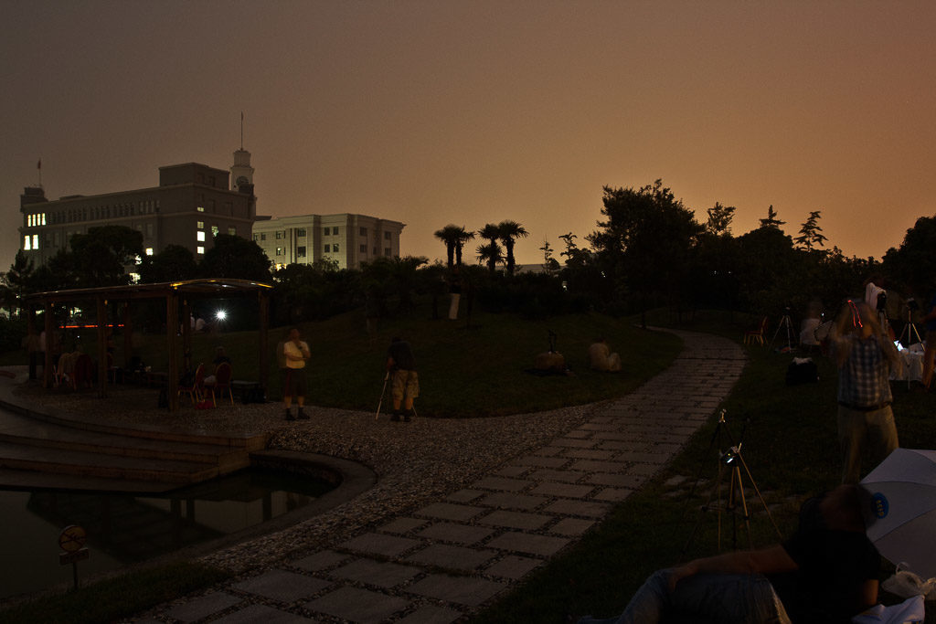 2009, CN, astrofotografie, astronomie, astronomy, astrophotography, buildings, chemical district, china, china2009, darkness, dunkelheit, eclipse, eclipse chasers, ecliptomaniacs, ereignisse, events, finsternis, gebäude, industrial district, jinshan, jīnshān qū, leute, menschen, people, pond, ramada plaza sino-bay hotel, reise, shanghai, shanghai chemical industry park, sino-bay hotel shanghai, sofijäger, solar eclipse, solar-eclipse-2009-jul-22, sonnenfinsternis, sonnenfinsternisjäger, total, totality, totalität, travel, umbraphiles, wasser, water, world, zhongguo, 上海, 中国, 中國, 金山区