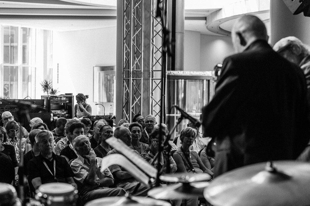 2014, D, DE, DE-NW, NRW, audience, b&w, black and white, bw, deutschland, düsseldorf, düsseldorfer jazz rally, ereignisse, european jazz trio, events, festival, festivals, fotografie, gerd dudek, germany, haus des landtages, instrument, instrumente, instruments, jazz, jazz rally, landtag, landtag nrw, landtagsgebäude, leute, menschen, music, musik, nordrhein-westfalen, northrhine-westfalia, people, percussion, photography, publikum, regierungsviertel, schwarzweiß, sw, world