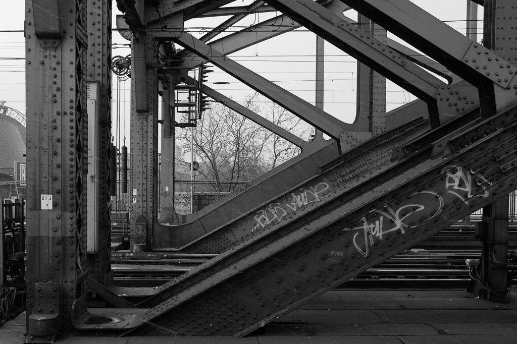 b&w, black and white, bridge, bridges, brücke, brücken, bw, city, cityscape, cologne, fotografie, köln, photography, schwarzweiß, stadt, stadtbild, stadtlandschaft, städtisch, sw, urban, vhs, workshop