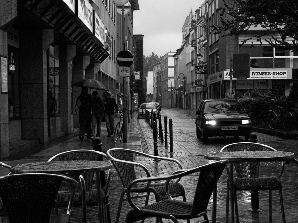altstadt, b&w, black and white, bw, city, cityscape, cologne, fotografie, innenstadt, inner city, köln, old town, photography, rain, regen, schwarzweiß, stadt, stadtbezirk 1 - innenstadt, stadtbild, stadtlandschaft, straßenfotografie, street photography, städtisch, sw, urban, vhs, workshop