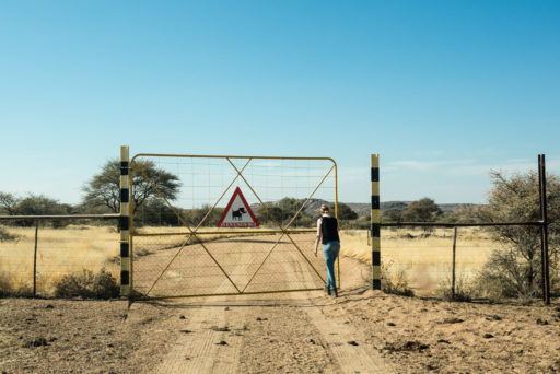 NA, büter, d2156, door, doors, erongo, familie, family, gate, gates, jenny, jenny büter, leute, menschen, namibia, pad, people, road, roads, roads of namibia, schild, schilder, sign, signs, straße, straßen, straßen in namibia, tor, tore, traffic, tür, türen, verkehr, world